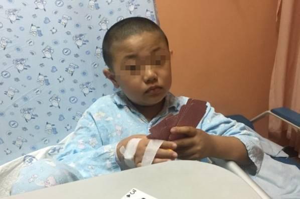 在医院病床上看着憔悴的身体