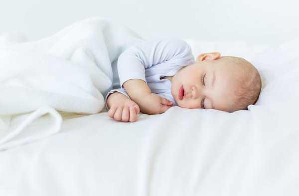 宝宝睡觉总踢被子,别再以为是热的原因了,家长别大意!